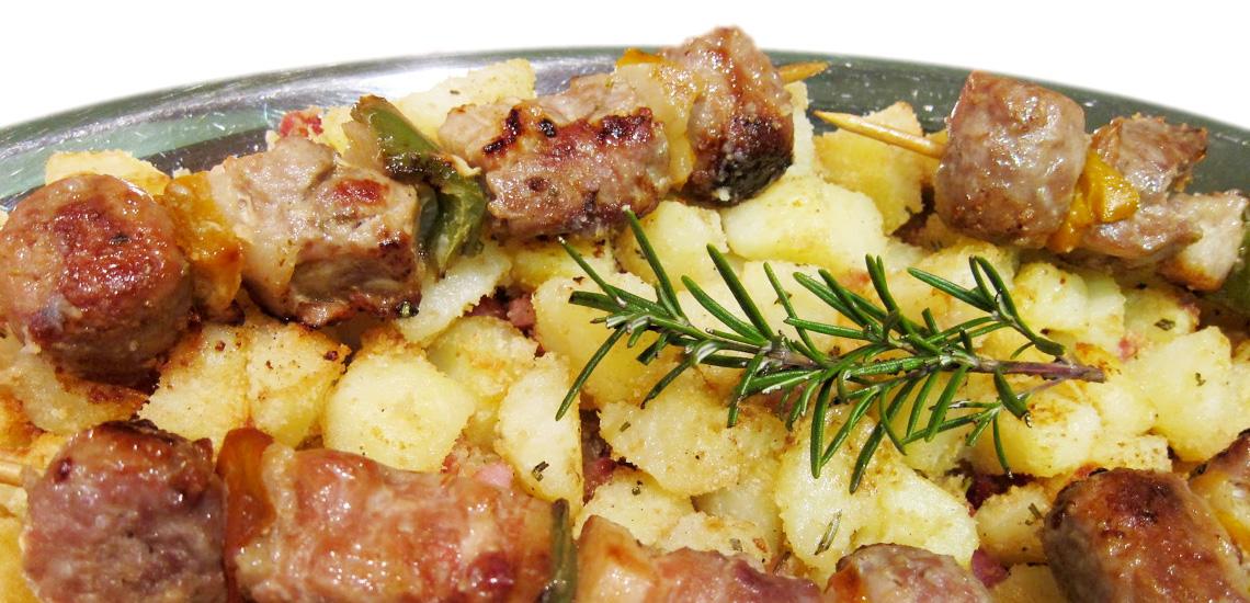 Spiedini di carne in padella con patate