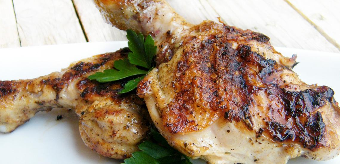 Cosce di pollo alla griglia con pelle croccante